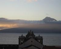 Traper - widok z naszego okna (Horta) na wulkan Pico