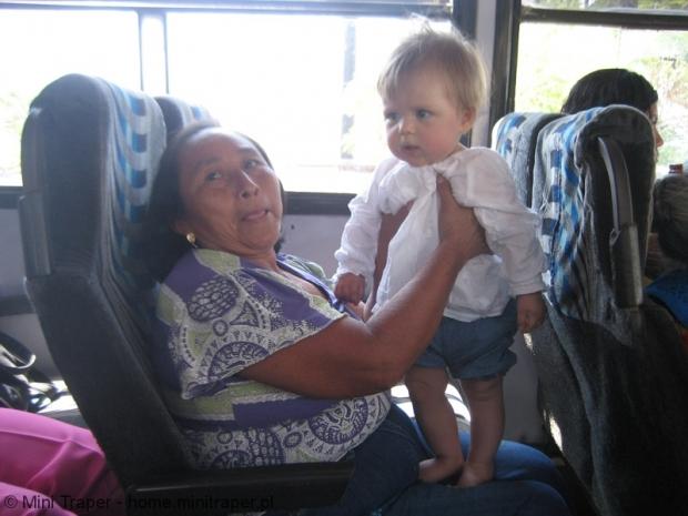 Mini Traper - dziecko w autobusie