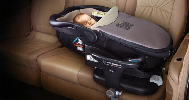 Mini Traper - dziecko w samochodzie
